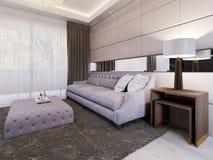 Lyxig vadderad stoppad soffa med den mjuka tidskrifttabellen och sidotabellen med lampan Art Deco modern vardagsrum Stort panoram royaltyfri illustrationer