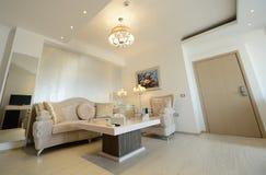 Lyxig vardagsrum av ett modernt hotell Royaltyfria Bilder