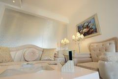 Lyxig vardagsrum av ett modernt hotell royaltyfria foton