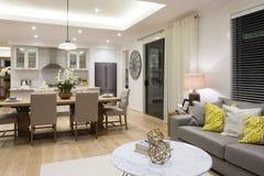Lyxig vardagsrum bredvid en matsal och köket royaltyfri foto