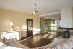 Lyxig vardagsrum, härlig ingång royaltyfri foto