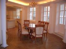 Lyxig vardagsrum i ett härligt hus royaltyfri foto