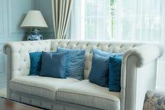Lyxig vardagsrum med blåttmodellen kudde på soffan Royaltyfria Bilder