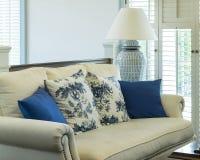 Lyxig vardagsrum med blåttmodellen kudde på soffan Royaltyfri Foto