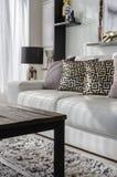 Lyxig vardagsrum med den trätabellen och vitsoffan royaltyfria bilder