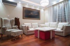 Lyxig vardagsrum med moderna takljus - aftonskott Royaltyfri Bild