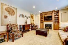 Lyxig vardagsrum med spisen och TV Arkivfoton