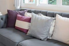 Lyxig vardagsrumdesign med den klassiska soffan och färgrika kuddar Fotografering för Bildbyråer
