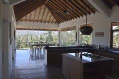 Lyxig villa i ett tropiskt område Arkivfoto