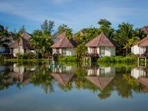 Lyxig villa i tropisk omgivning vid vattnet Arkivbild
