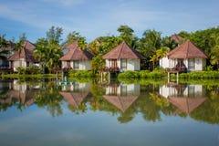 Lyxig villa i tropisk omgivning vid vattnet Arkivbilder