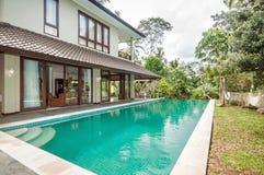 Lyxig villa med den utomhus- pölen Royaltyfria Foton