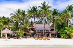 Lyxig villa och palmträd på den vita stranden på Boracay Arkivbilder