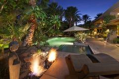 Lyxig villa på nattetid Royaltyfria Bilder