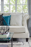 Lyxig vit soffa i vardagsrum Royaltyfria Foton