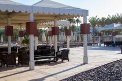 Lyxig vit terrass med tabeller och stolar, härligt landskap som en tapet Royaltyfri Fotografi