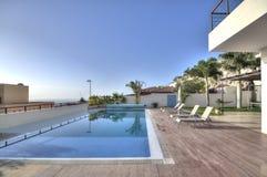 Lyxig vit villa med simbassängen Royaltyfri Bild