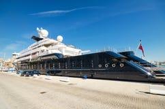 Lyxig yacht för bläckfisk på Malaga port på April 30, 2014 Arkivfoto