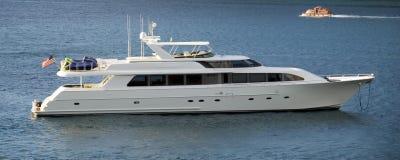 lyxig yacht för lansering Arkivfoto