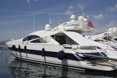 lyxig yacht för portsainttropez arkivfoton
