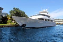 Lyxig yacht framme av huset Royaltyfri Fotografi