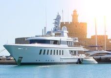 Lyxig yacht i den Dodecanese ön av Rhodes, Grekland Royaltyfri Fotografi