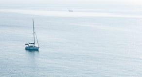 Lyxig yacht i det lugna havet Royaltyfri Bild