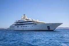 Lyxig yacht i havet Royaltyfri Fotografi