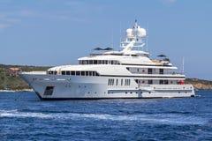 Lyxig yacht i havet Royaltyfria Foton