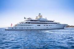Lyxig yacht i havet royaltyfri foto