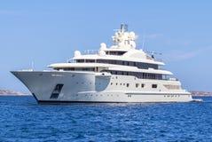 Lyxig yacht i havet fotografering för bildbyråer