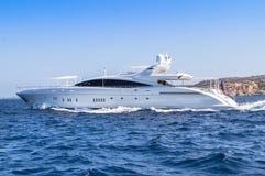 Lyxig yacht i havet Arkivbild