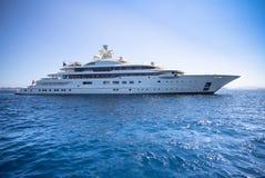 Lyxig yacht i havet Royaltyfri Bild