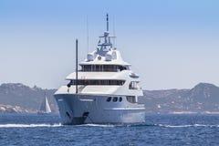 Lyxig yacht i havet royaltyfria bilder