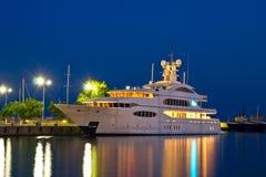 Lyxig yacht i porten Arkivbild