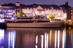 Lyxig yacht i porten på natten Arkivbild