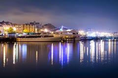 Lyxig yacht i porten på natten Royaltyfri Fotografi
