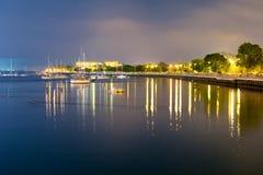 Lyxig yacht i porten på natten Arkivfoto