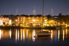 Lyxig yacht i porten på natten Arkivfoton