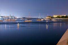 Lyxig yacht i porten på natten Royaltyfria Foton