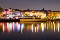 Lyxig yacht i porten på natten arkivbilder