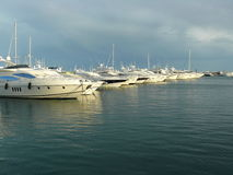 Lyxig yacht i Puerto Banus, Spanien Arkivfoto