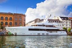 Lyxig yacht i stadshamn Arkivfoto