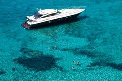 Lyxig yacht i turkosIlletes Formentera medelhav B arkivfoton