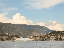 Lyxig yacht nära Villefranche-sur-Mer, Cote d'Azur, franska Riviera arkivbilder