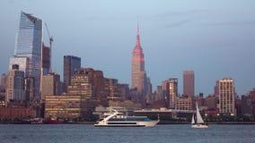 Lyxig yacht och segelbåt på Hudson River ny natthorisont york för stad lager videofilmer
