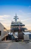 Lyxig yacht som anslutas i Barcelona hamnVell port Royaltyfri Fotografi