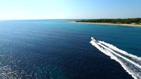 Lyxig yacht som kryssar omkring i det fantastiska havet arkivfilmer