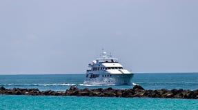 Lyxig yatch som kommer in i port Royaltyfri Fotografi