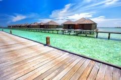 Lyxiga över-vatten bungalower i den härliga lagun på den tropiska ön Arkivbilder